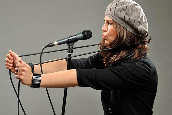 Sängerin Lina Scholz mit Kabel