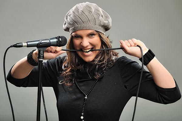 Sängerin Lina Scholz mit Kabel im Mund